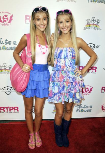 известные девушки близняшки на фото