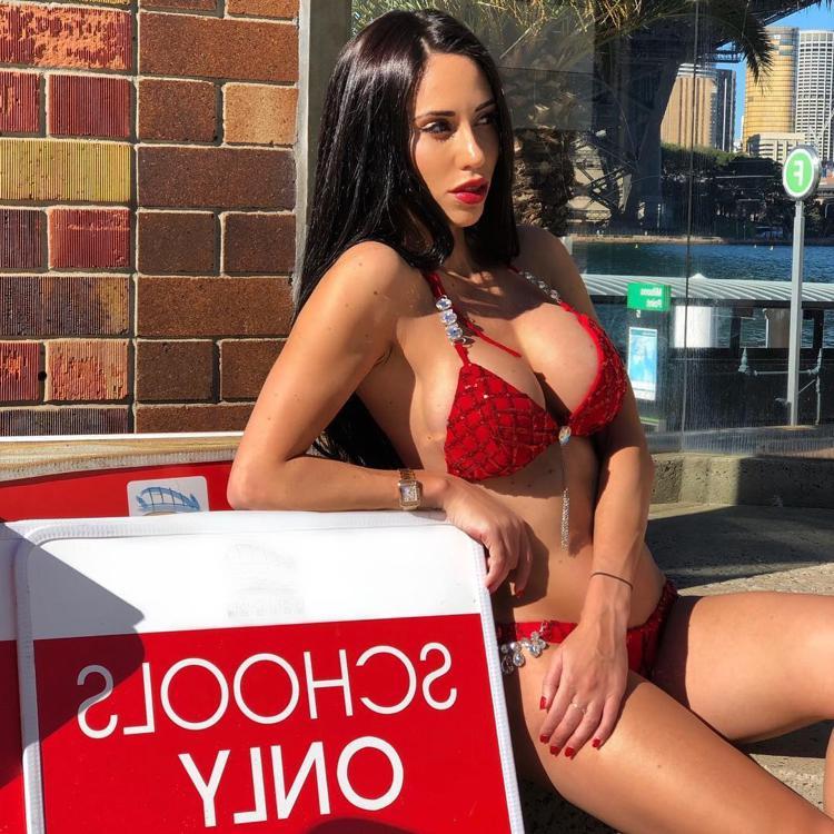 Девушка в красном купальнике фото
