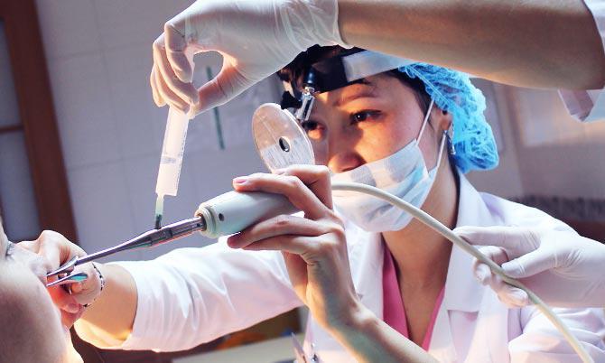 Показаниями к проведению прижигания лазером слизистой носа являются постоянная заложенность, насморк, постоянные кровотечения